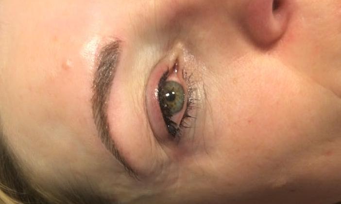 eyeliner en 3D wenkbrauwen voor en na